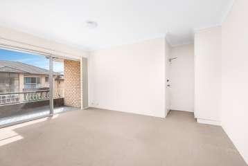 2 BEDROOM APARTMENT ENJOYING ULTIMATE CONVENIENCE!